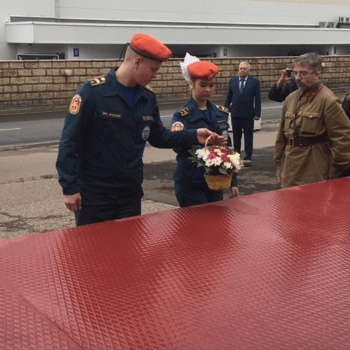 Курсанты пожарно-спасательного колледжа Инфолайн возложили Цветы в музеи обороны Москвы.