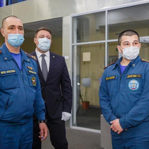 Начальник столичного управления МЧС поблагодарил юношу, оказавшего помощь мужчине в метро